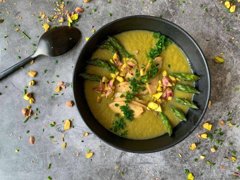 Lee más sobre el artículo Crema de espárragos con setas salteadas y pistachos