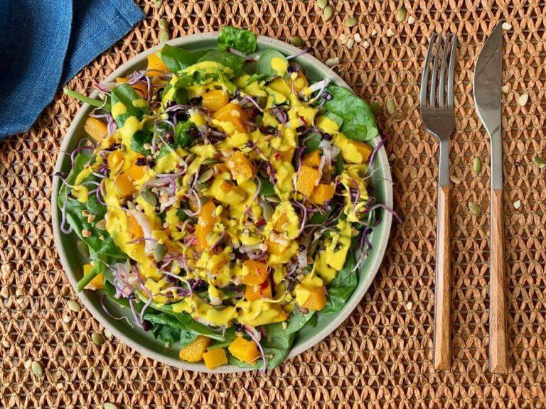 Lee más sobre el artículo Ensalada de espinacas baby con calabaza y salsa de tahini con cúrcuma