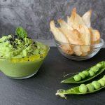 Hummus de guisantes a la menta con chips de yuca