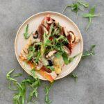 Pizza caprichosa con base de coliflor