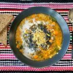 Sopa de lentejas rojas, tomate y kale