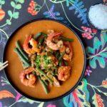 Curry de gambas con verduras y arroz basmati