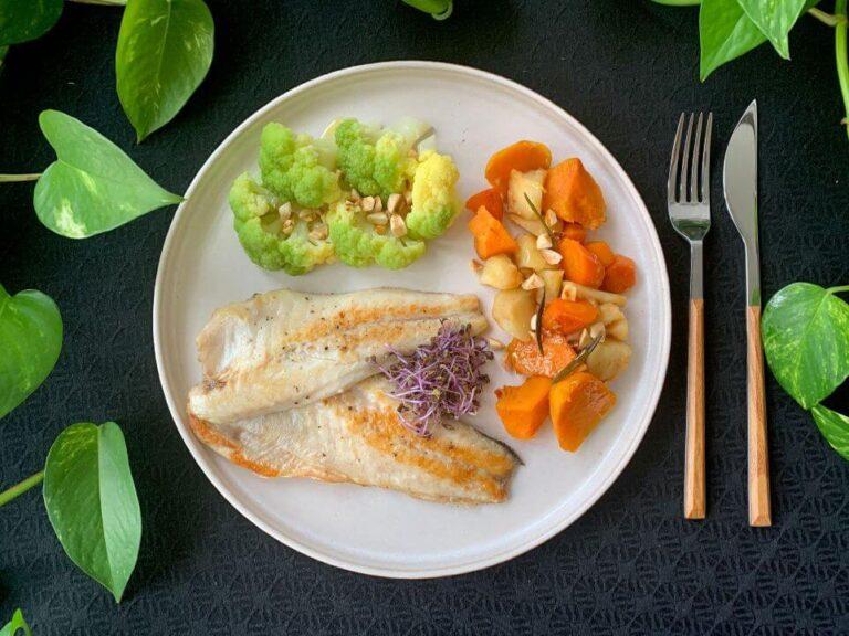 Lee más sobre el artículo Filetes de lubina con brócoli y raíces estofadas con canela
