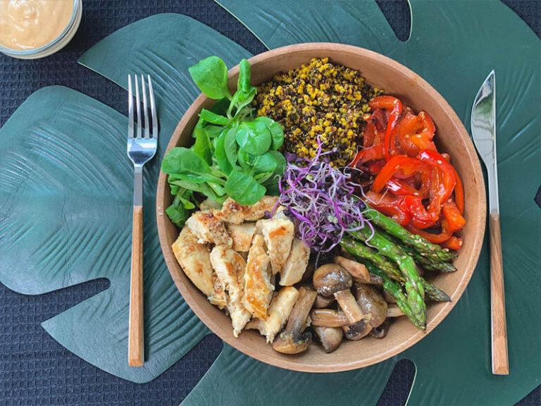 Poke bowl de pollo y verduras salteadas